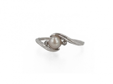 10K Concho Pearl Ring with Two Diamond Accents 1
